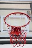 Koszykówka obręcz w jawnej arenie Obrazy Royalty Free