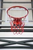 Koszykówka obręcz w jawnej arenie Obrazy Stock