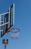 Koszykówka obręcz z niebieskiego nieba tłem i deska Zdjęcie Royalty Free