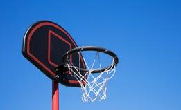 Koszykówka obręcz na niebieskim niebie Fotografia Stock