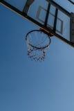 Koszykówka obręcz z niebieskim niebem Zdjęcia Royalty Free