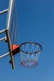 Koszykówka obręcz z niebieskim niebem i deska Obrazy Royalty Free
