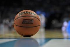 Koszykówka odpoczywa na sądzie Zdjęcia Royalty Free
