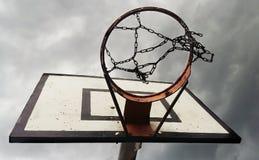 Koszykówka pierścionek Z Chmurnym niebem spod spodu obraz stock