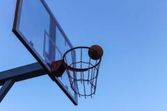 Koszykówka pierścionek na tle jasny niebo obrazy royalty free