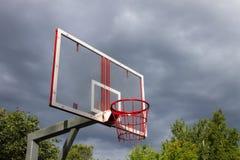 Koszykówka pierścionek na tle thunderclouds zdjęcia royalty free