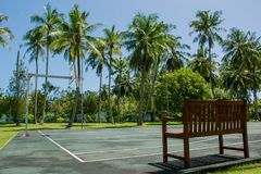 Koszykówka plac zabaw przy tropikalnym kurortem blisko dżungli Zdjęcia Stock