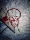 Koszykówka upada wewnątrz śródpolnego informujący ciemnego niebo zdjęcia stock