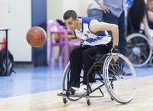 Koszykówka w wózkach inwalidzkich dla fizycznie niepełnosprawnych graczów obrazy royalty free