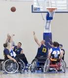 Koszykówka w wózkach inwalidzkich dla fizycznie niepełnosprawnych graczów fotografia stock