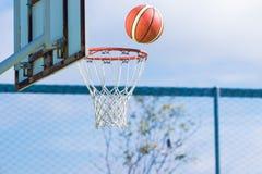 Koszykówka wokoło dostawać w obręczu Fotografia Stock