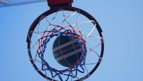 Koszykówka wpadać na siebie w obręcz i omijanie przez pierścionku, plenerowy gym z niebieskim niebem above zbiory wideo