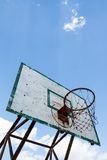 koszykówki błękitny obręcza plenerowy niebo Zdjęcia Stock
