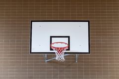 Koszykówki backboard na szkolnym boisku do koszykówki obraz stock