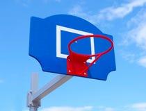 Koszykówki backboard przeciw niebu obraz royalty free