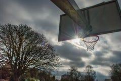 Koszykówki backboard z pięknym nieba tłem i sieć obrazy royalty free