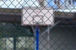 Koszykówki backboard za stali ogrodzenia siecią obrazy stock