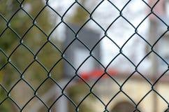 Koszykówki backboard za stali ogrodzenia siecią zdjęcia royalty free
