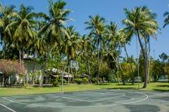 Koszykówki boisko przy tropikalną wyspą Obrazy Royalty Free