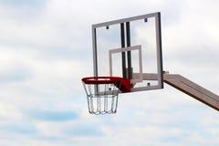 Koszykówki deska na sporta polu przeciw niebu zdjęcie stock