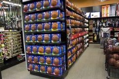 Koszykówki na półkach sklepowych Fotografia Stock