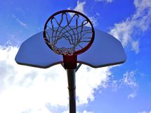 Koszykówki niebieskie niebo i sieć fotografia stock