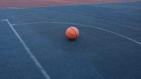 Koszykówki piłka na dworskiej bawić się koszykówce obraz stock