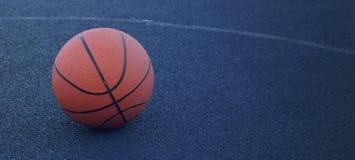 Koszykówki piłka na dworskiej bawić się koszykówce fotografia stock