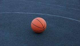 Koszykówki piłka na dworskiej bawić się koszykówce obrazy stock