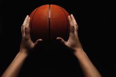 Koszykówki piłka w męskich rękach Obrazy Royalty Free