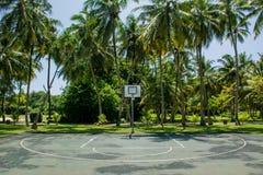 Koszykówki pole przy tropikalną wyspą Zdjęcie Stock