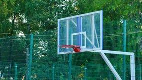 Koszykówki sieci osłony rzut piłka na boisko gry sztuce obraz royalty free
