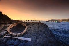 Koszykowa łódź na giganta bazaltowym droga na grobli fotografia stock