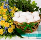koszykowa Easter jajek kwiatów wiosna Obrazy Stock