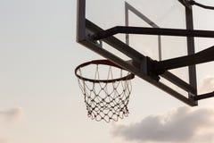 koszykowa piłki deska pod niebem z białymi chmurami Boisko do koszykówki z starym backboard niebo i biel chmurniejemy na tle fotografia stock