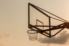koszykowa piłki deska pod niebem z białymi chmurami Boisko do koszykówki z starym backboard niebo i biel chmurniejemy na tle zdjęcia royalty free