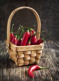 koszykowego chili gorący pieprze czerwoni Zdjęcia Stock