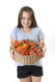 koszykowi dziewczyny holdin pomidory obrazy stock