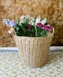 koszykowi kolorowi kwiaty Zdjęcia Royalty Free