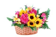 koszykowi kwiaty odizolowywali biel Obrazy Stock