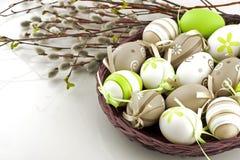 koszykowi Wielkanoc kolor jaj zdjęcia stock