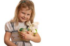 koszykowy Easter dziewczyny mienie trochę Obraz Stock