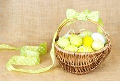 koszykowy Easter jajek kolor żółty Zdjęcie Royalty Free