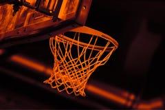Koszykowy obręcza brzmienie w koszykówki arenie obraz stock