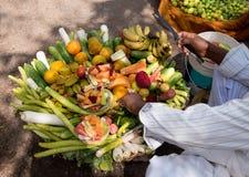 Koszykowy pełny świezi owoc i warzywo Zdjęcie Royalty Free