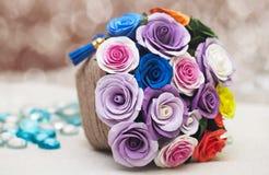 Koszykowy pełny spadków kwiaty Zdjęcia Royalty Free