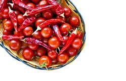 koszykowych czereśniowych chillies czerwoni dojrzali pomidory Obraz Royalty Free