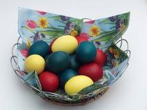 koszykowych głębokości Wielkanoc jaj skupić zielone pola jaj pomalował płytko Ortodoksalna Wielkanocna tradycja Jajka Zdjęcia Royalty Free