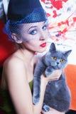 kot brytyjska szarość wręcza mienia przesłoien kobiety Zdjęcie Royalty Free