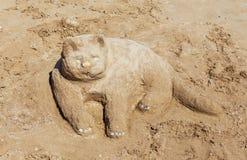 Kot, budujący od piaska na plaży Obrazy Stock